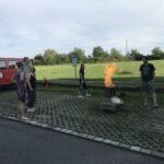 Bild von den Kapfmitarbeitern beim Löschen einer Feuerschale.