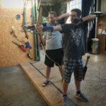 Bild von Raphael und David beim Bogenschießen.
