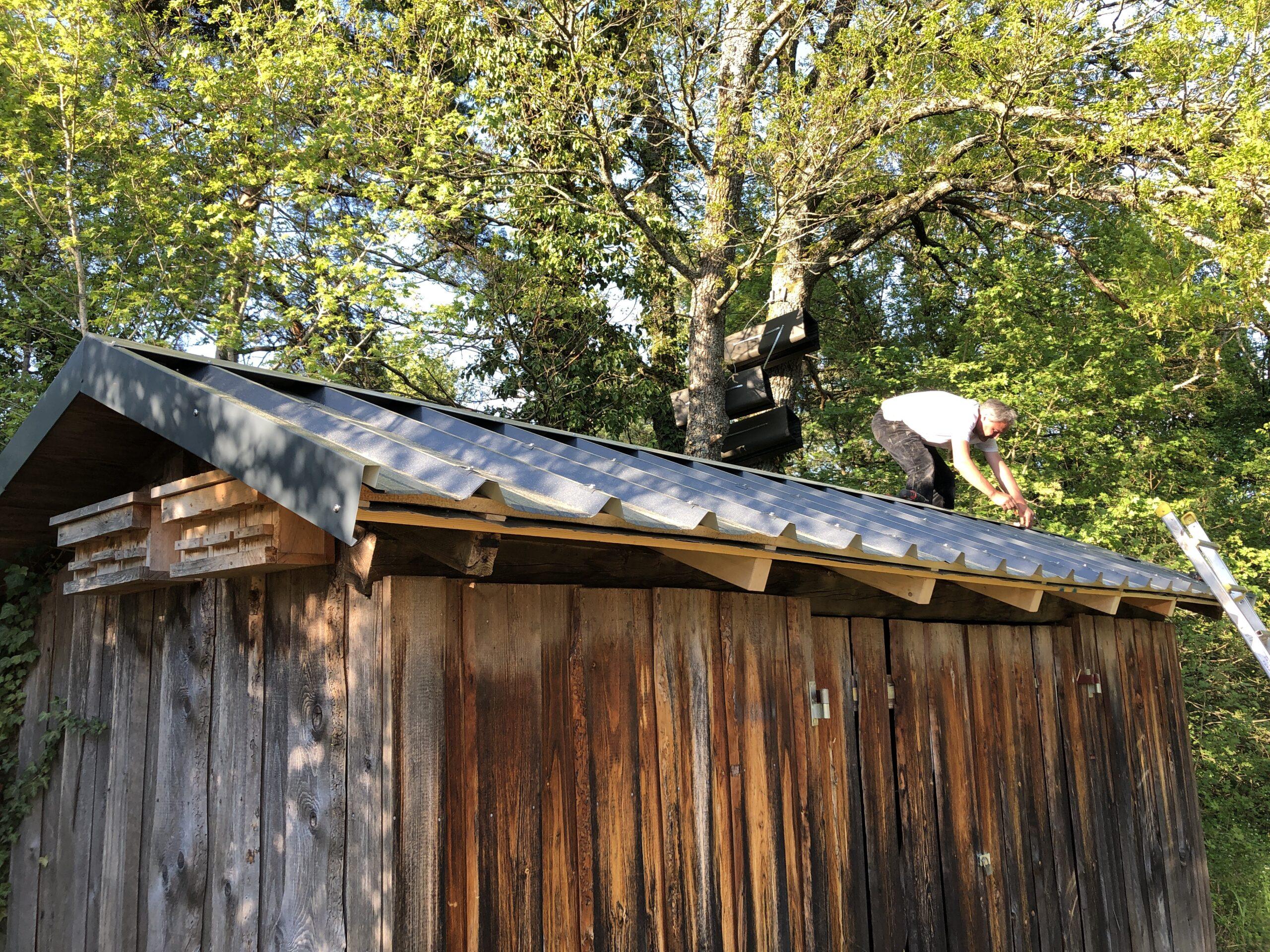 Bild: Reparatur des Daches einer Holzhütte