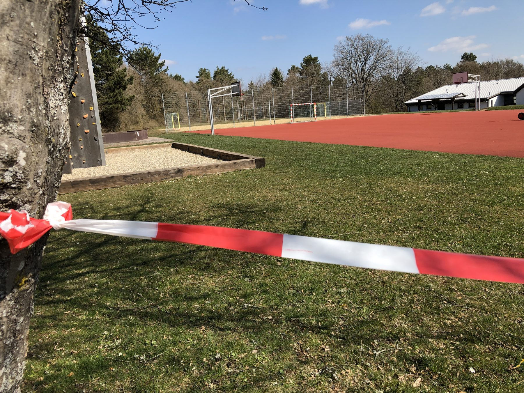 Bild: Blick auf die coronabedingt abgesperrten Sportanlagen des Freizeitheims.
