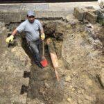 Bild: Arbeiter steht in der Baugrube der Abwasserleitung.