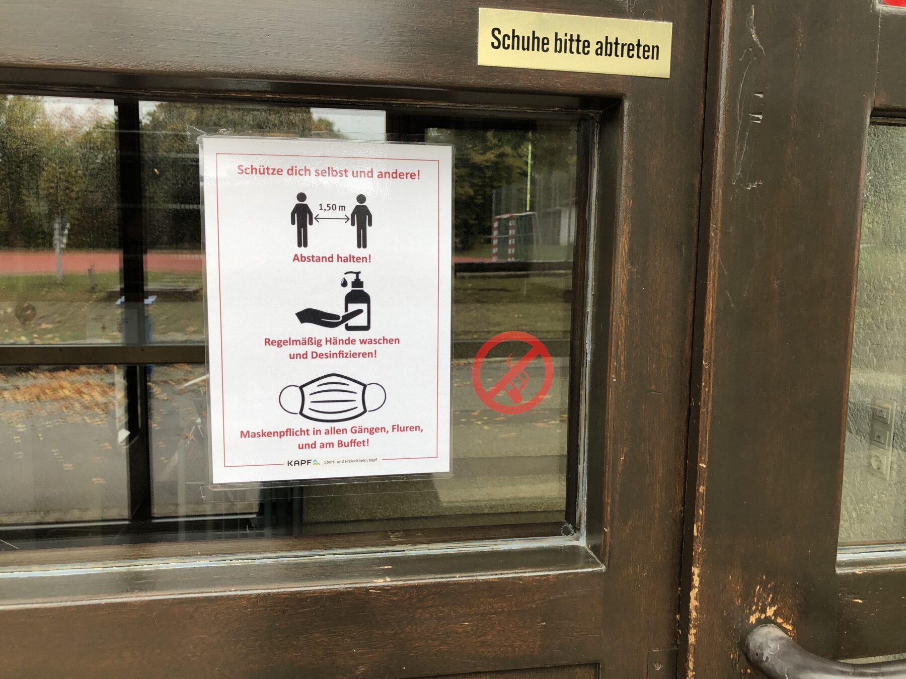 Bild im Eingangsbereich des Freizeitheims mit Hygienehinweisen.