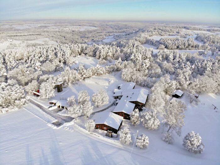Luftbild des Freizeitgeländes in einer Winterlandschaft