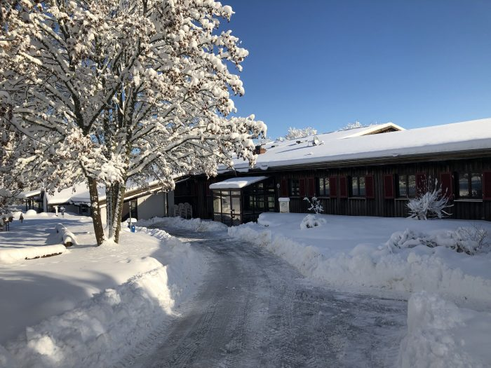 Bild des von Schnee freigeräumten Eingangs des Freizeitheims.